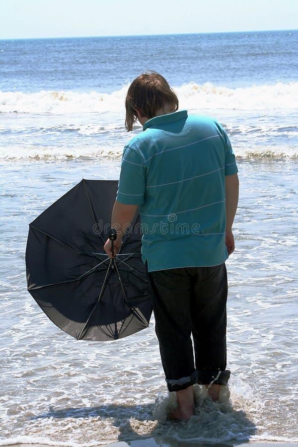 Tiener met Paraplu die de Oceaan onder ogen ziet royalty-vrije stock foto