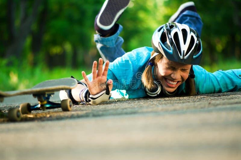 Tiener met skateboard stock foto's