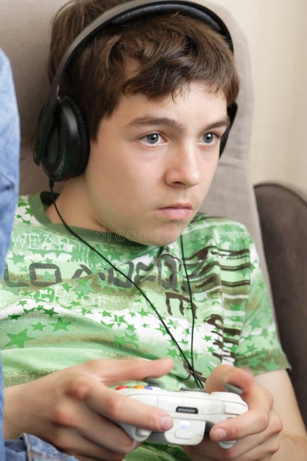 Tiener met spelstootkussen stock foto