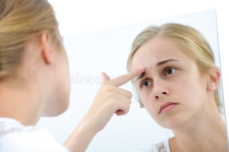 Tiener met spiegel royalty-vrije stock afbeelding