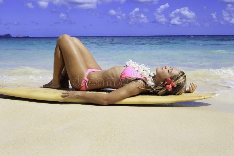 Tiener met surfplank royalty-vrije stock afbeeldingen