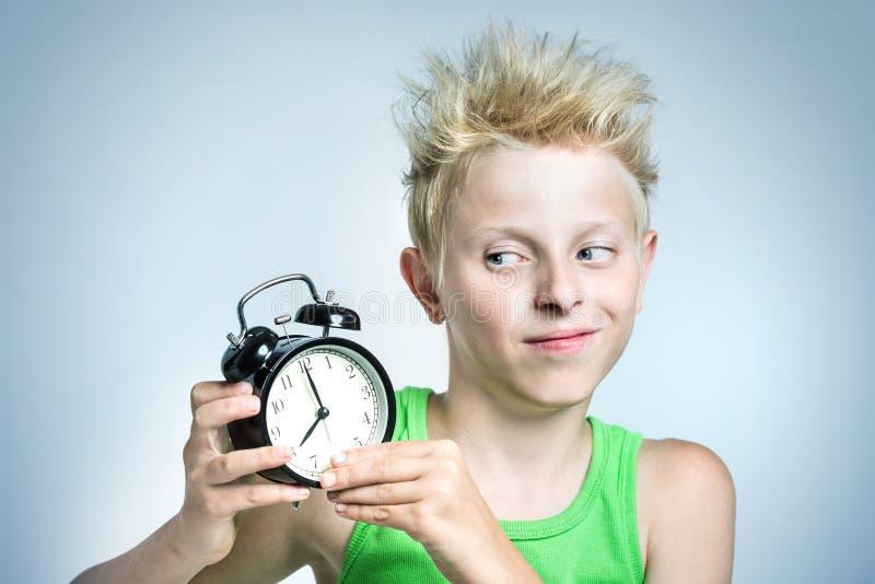 Tiener met wekker royalty-vrije stock foto's