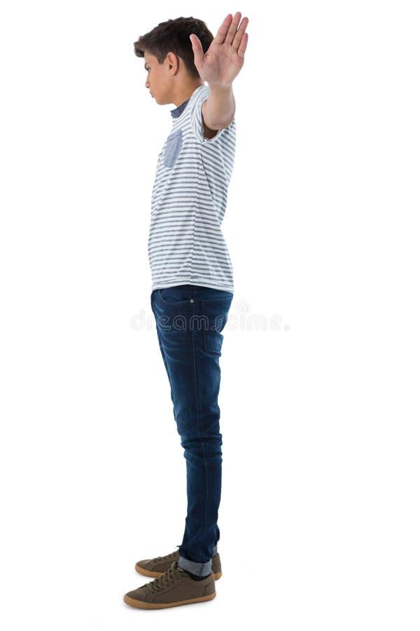Tiener met zijn wapens brede open stock foto