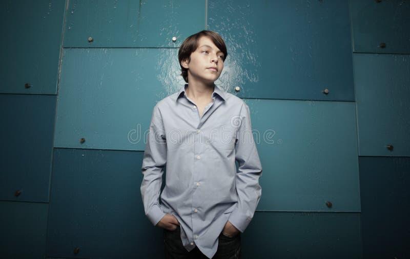 Tiener op abstracte blauwe achtergrond royalty-vrije stock foto's