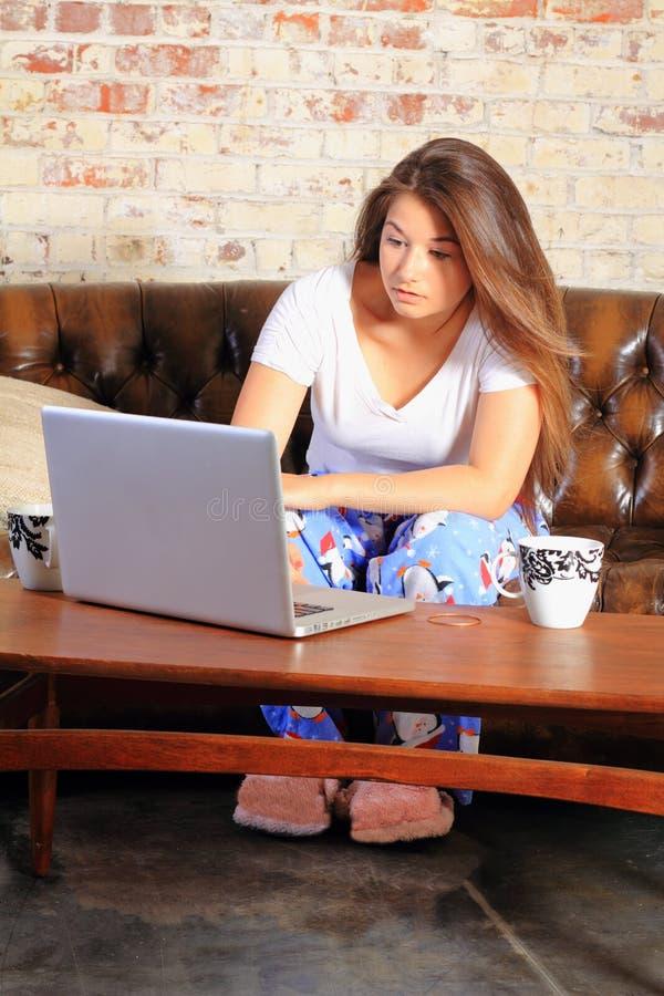 Tiener op computer royalty-vrije stock afbeelding