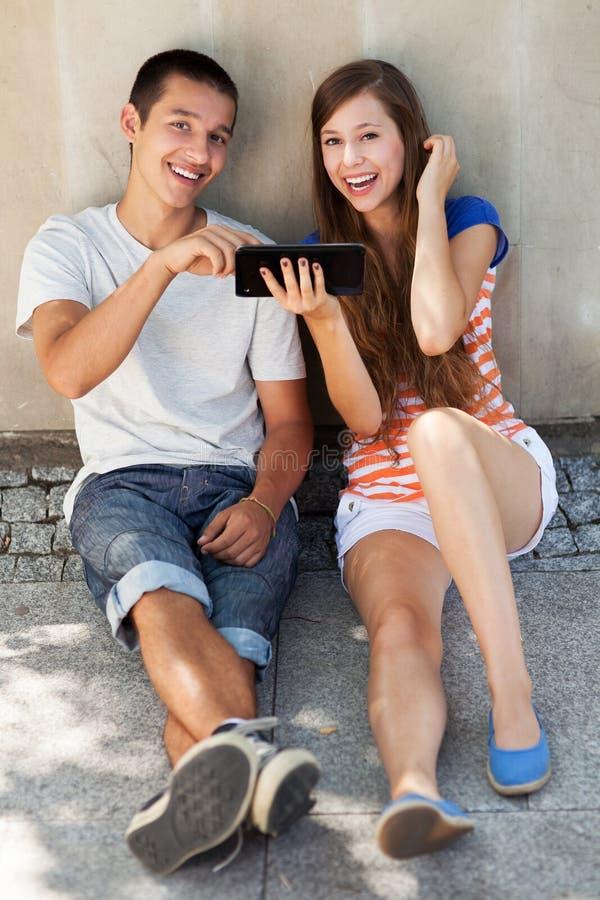 Tiener paar met digitale tablet