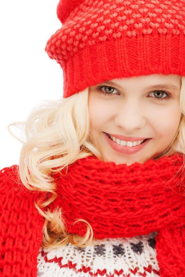 Tiener in rode hoed en sjaal stock foto