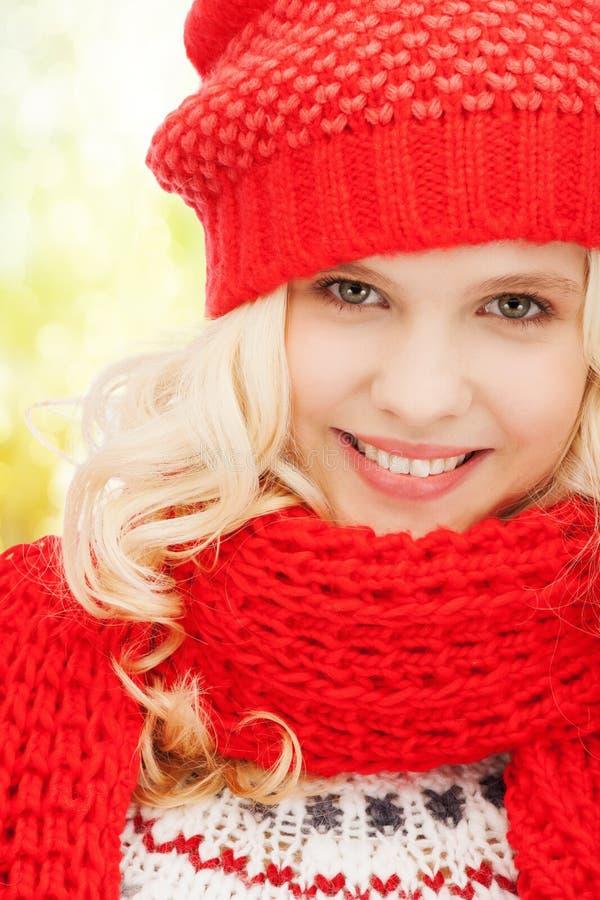 Tiener in rode hoed en sjaal stock afbeelding