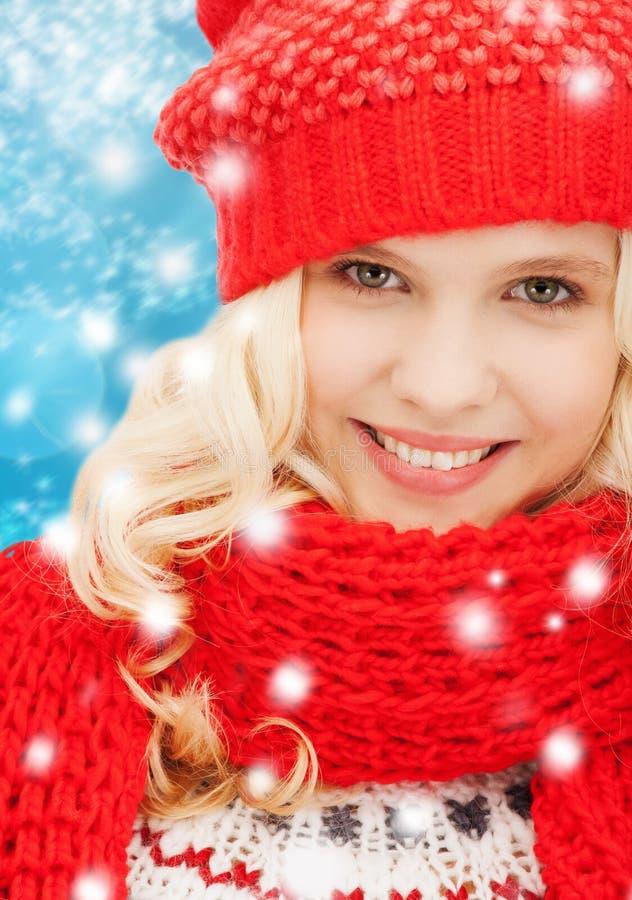 Tiener in rode hoed en sjaal royalty-vrije stock afbeelding