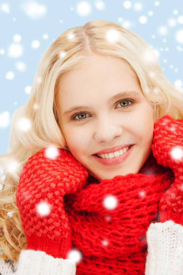 Tiener in rode vuisthandschoenen en sjaal stock foto
