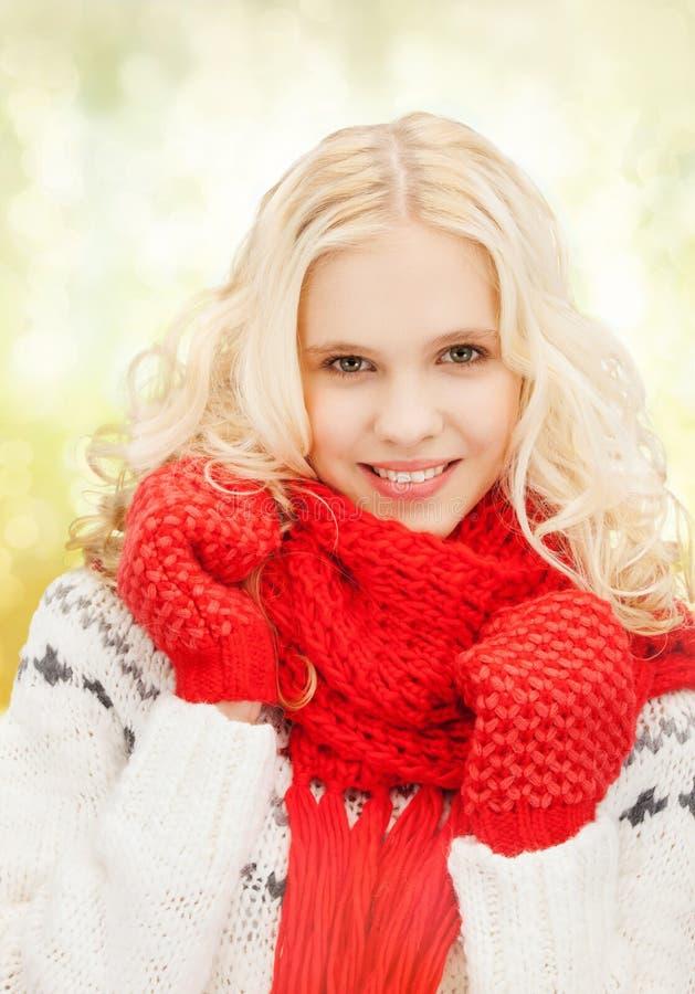 Tiener in rode vuisthandschoenen en sjaal royalty-vrije stock foto