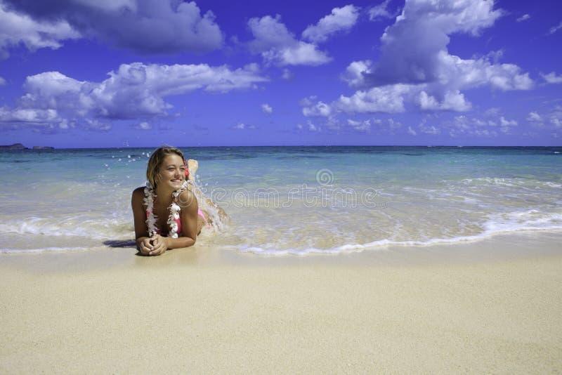 Tiener in roze bikini stock foto's