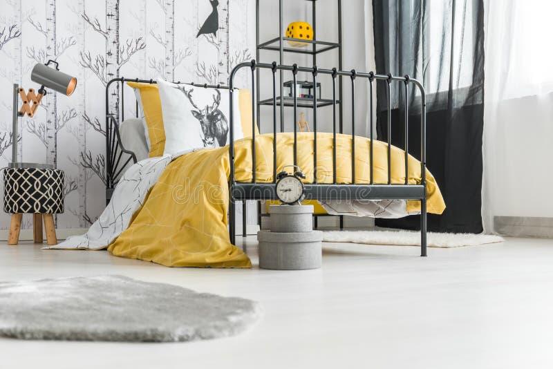Tiener` S Slaapkamer Met Klok Stock Afbeelding - Afbeelding ...