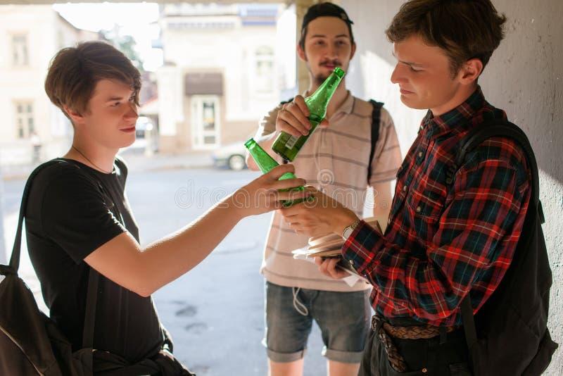 Tiener slechte invloed het drinken alcohol royalty-vrije stock fotografie
