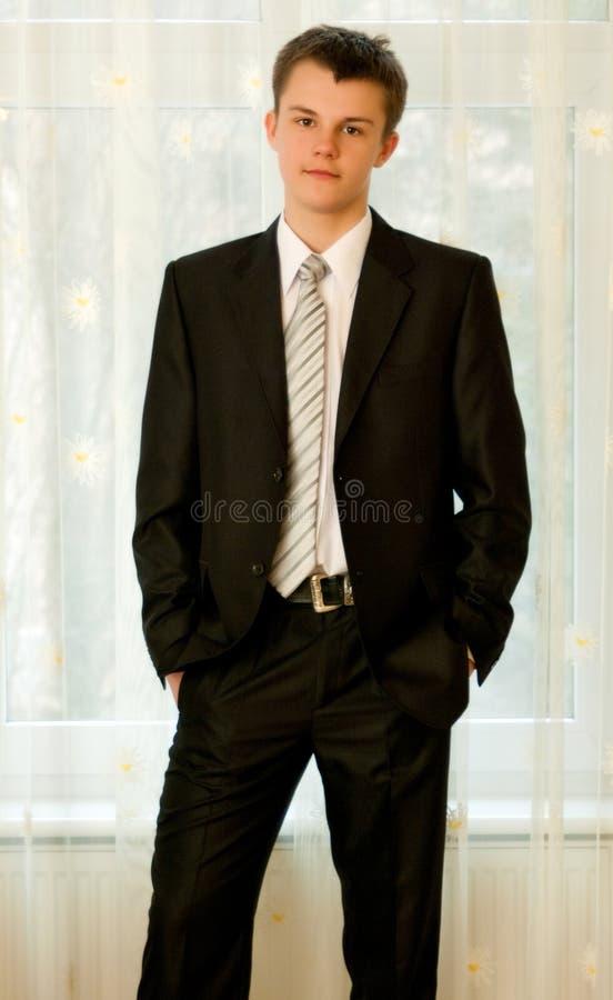 Tiener in slim zwart kostuum royalty-vrije stock fotografie