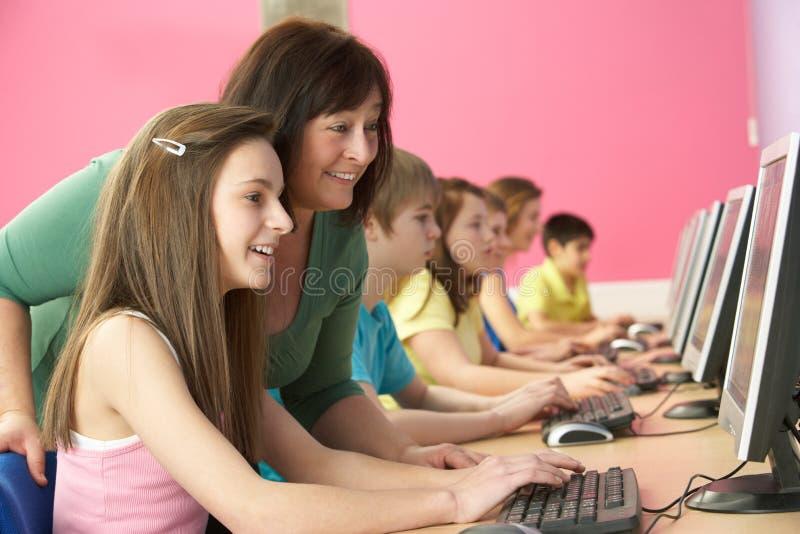 Tiener Studenten in de Klasse die van IT Computers met behulp van royalty-vrije stock afbeelding