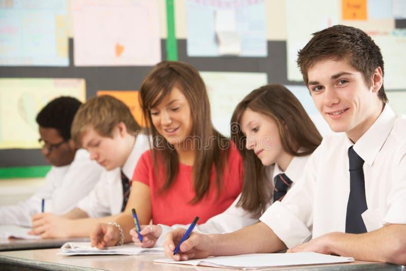 Tiener Studenten die in Klaslokaal bestuderen royalty-vrije stock foto's