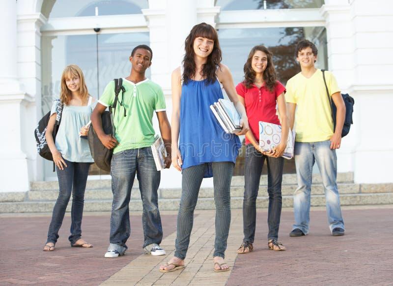 Tiener Studenten die zich buiten Universiteit bevinden stock fotografie