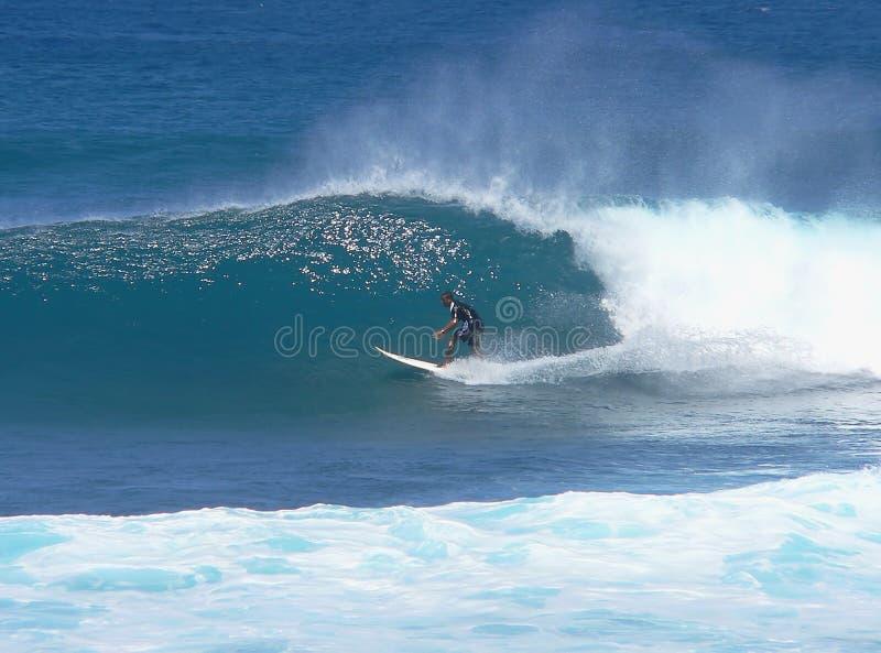 Tiener surfer bijna in de buis stock afbeelding