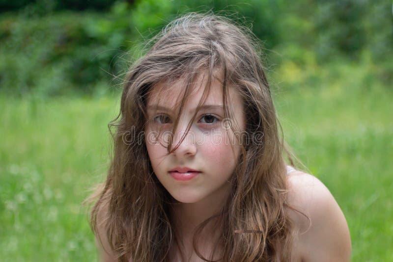 Tiener tegen Groen royalty-vrije stock fotografie