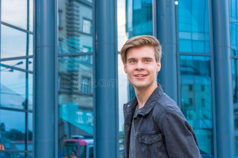 Tiener voor in stad die voor eerste gelukkige baan gaat stock foto's