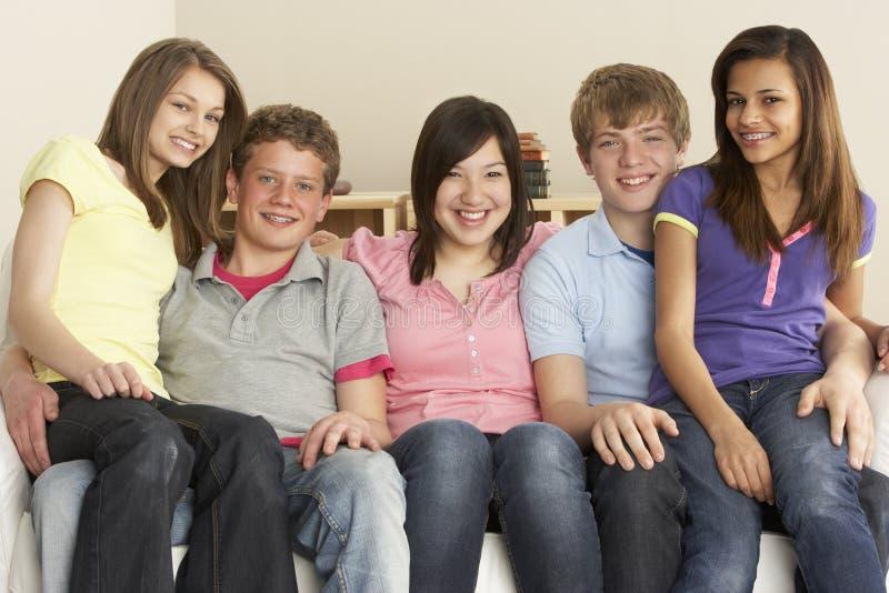 Tiener Vrienden die thuis ontspannen stock foto's