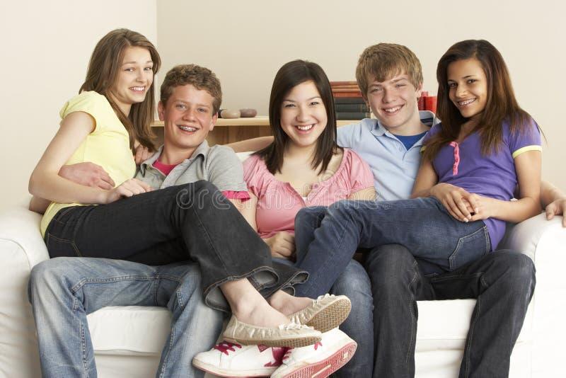 Tiener Vrienden die thuis ontspannen stock foto