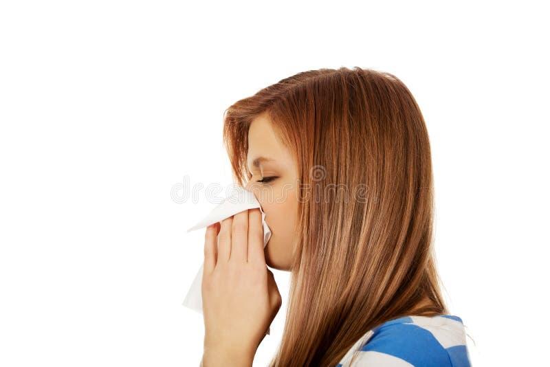 Tiener zieke vrouw die een weefsel gebruiken royalty-vrije stock foto
