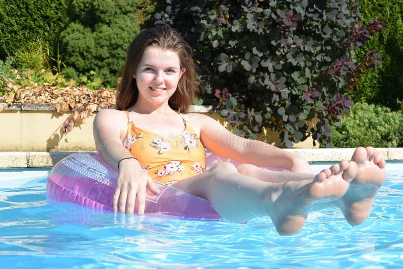 Tiener in zwembad stock afbeeldingen
