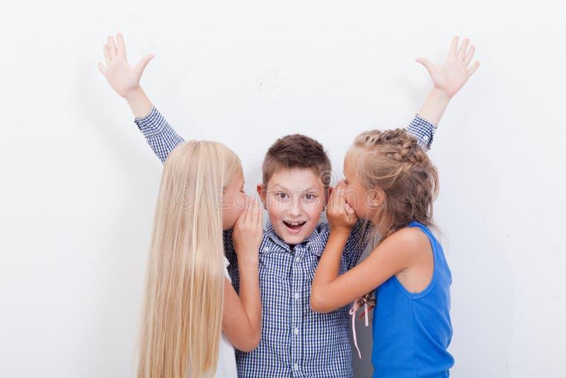 Tienergirsl die in de oren van een geheim fluisteren royalty-vrije stock afbeeldingen