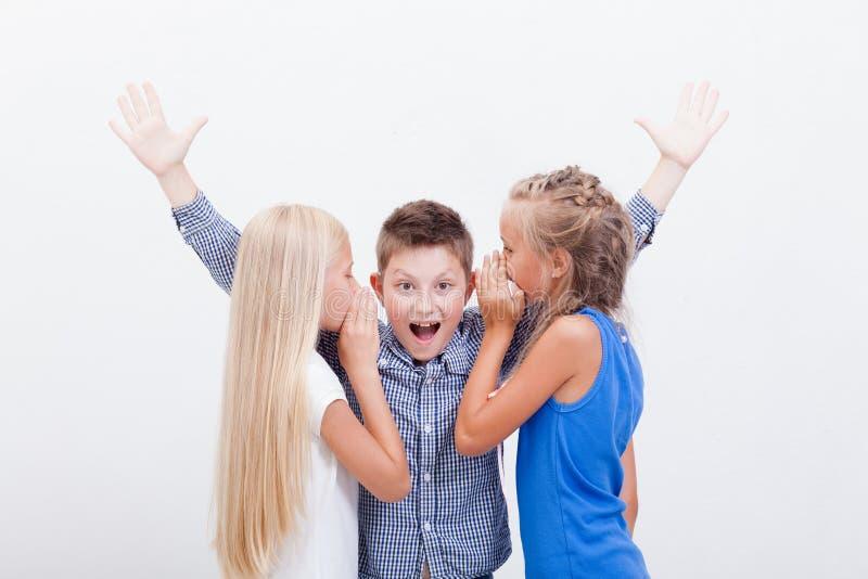 Tienergirsl die in de oren van een geheim fluisteren stock afbeeldingen