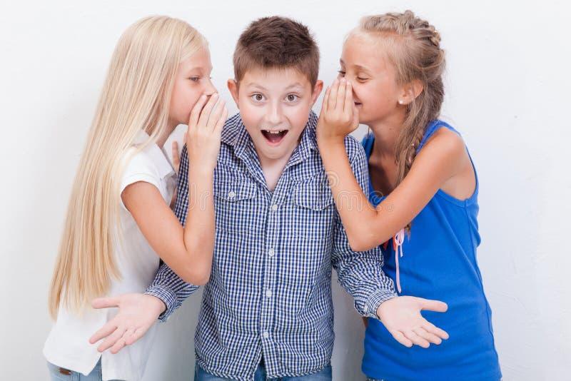 Tienergirsl die in de oren van een geheim fluisteren royalty-vrije stock foto's