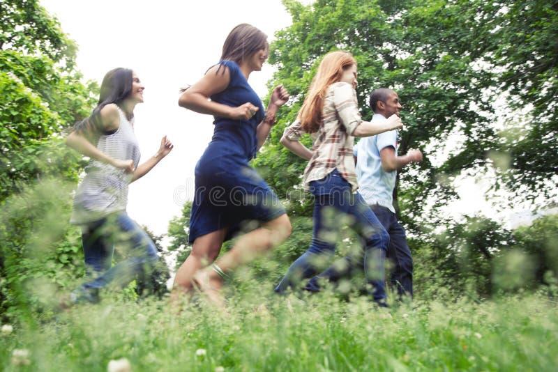 Tienerjaren actief in park royalty-vrije stock foto's