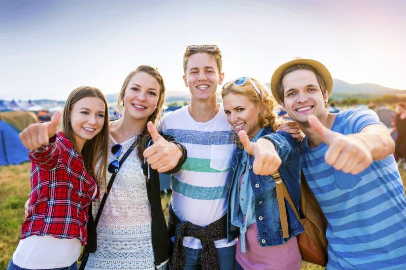 Tienerjaren bij de zomerfestival stock foto's