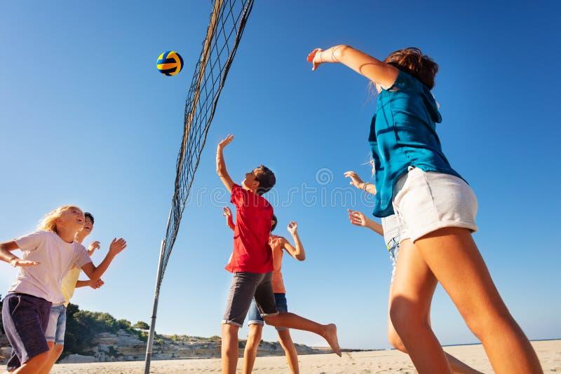 Tienerjaren die volleyball spelen tijdens de zomervakantie royalty-vrije stock foto