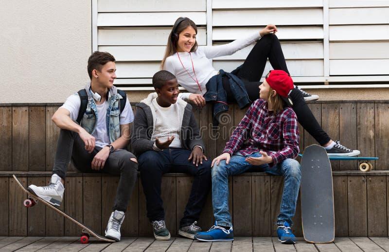 Tienerjaren die in zonnige dag spreken royalty-vrije stock foto