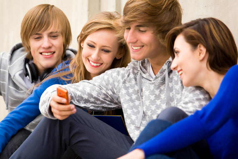 Tienerjaren met cellphone stock afbeelding