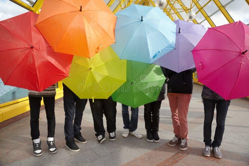 Tienerjaren met geopende paraplu s in voetviaduct