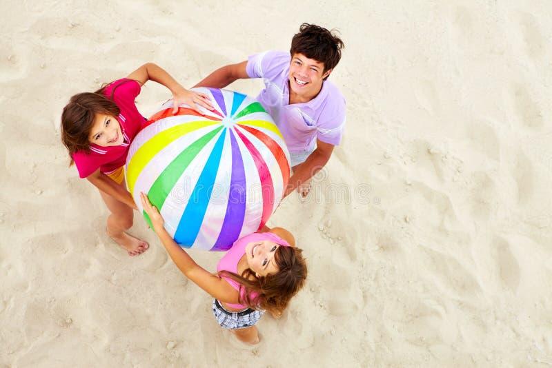 Tienerjaren met grote bal stock fotografie