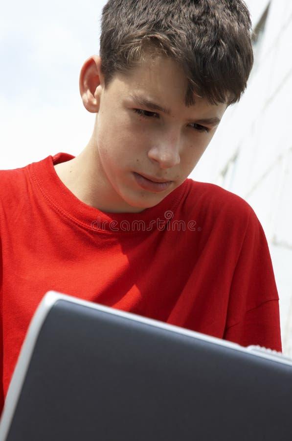 Tienerjaren Met Laptop Royalty-vrije Stock Afbeeldingen