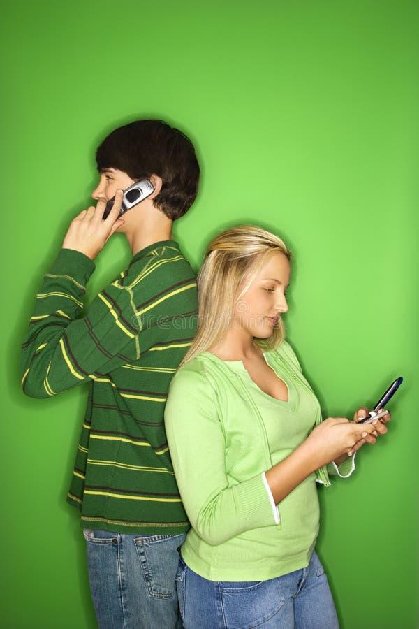 Tienerjaren op cellphone. royalty-vrije stock afbeelding