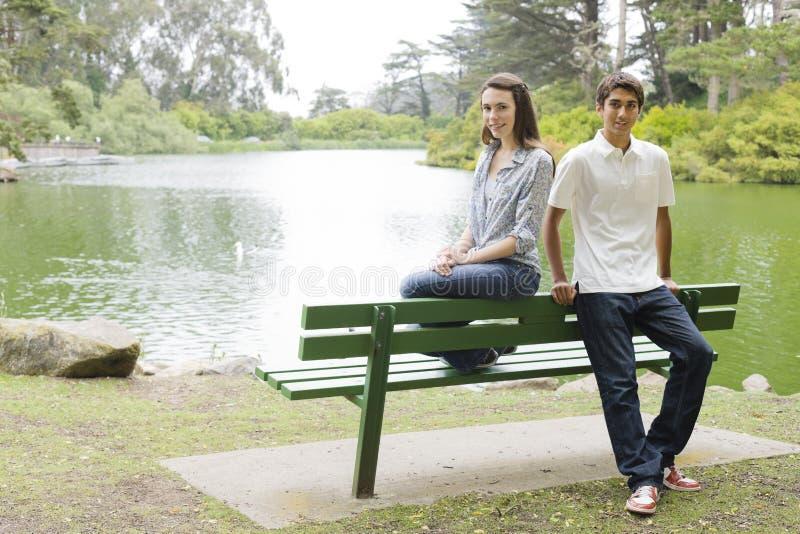 Tienerjaren op de Bank van het Park stock fotografie