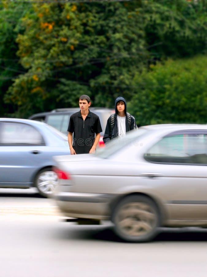 Tienerjaren op de straat stock afbeeldingen