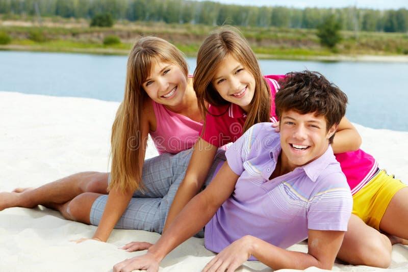Tienerjaren op het strand royalty-vrije stock foto