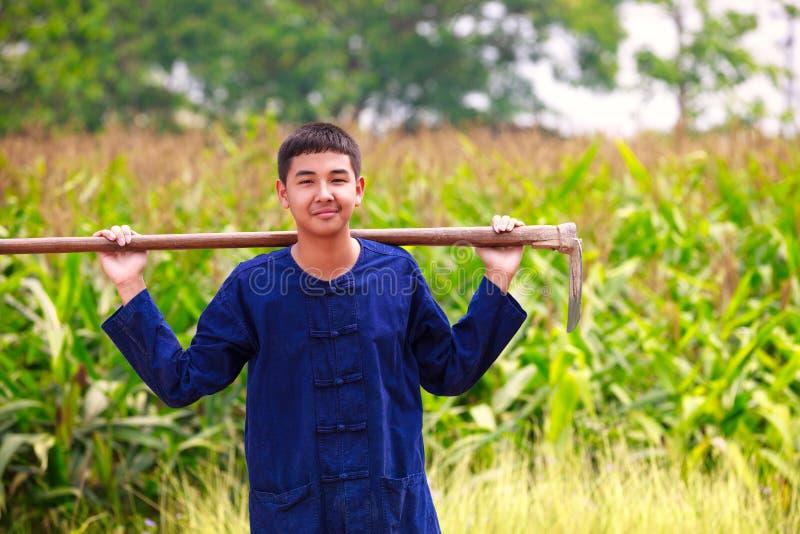 Tienerjongen in de kleding van de thailand'sslandbouwkundige stock afbeelding