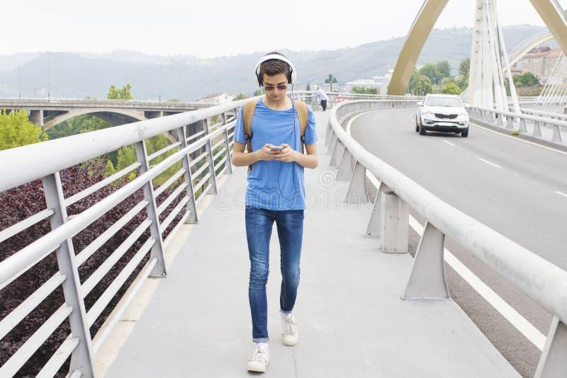 Tienerjongen die aan Muziek luisteren stock foto's