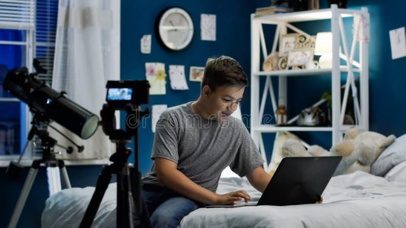 Tienerjongen die levende stroom thuis maken stock afbeeldingen
