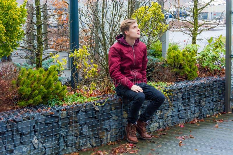 Tienerjongen die over toekomstige ideeën, visies en plannenexpectin dromen stock fotografie