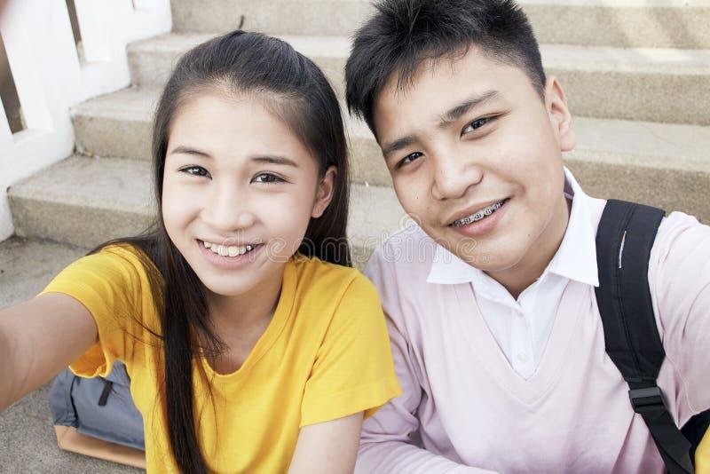 Tienerjongen en meisje die een selfie nemen stock fotografie
