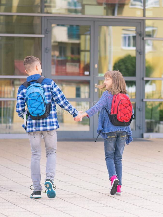 Tienerjongen en meisje terug naar school stock fotografie